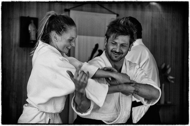 una pareja de aikidokas en el dojo
